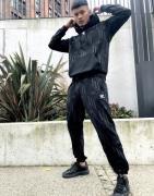 adidas Originals - Joggingbukser med trekløver-monogram i sort